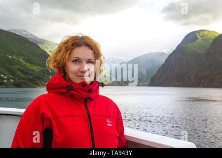 Junge Frau reist in Norwegen - Stockfoto