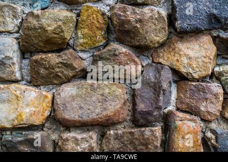 Stein Muster in verschiedenen Größen und Farben, an der Wand der Steinbruch Felsen und Zement, modernen Garten Architektur - Stockfoto