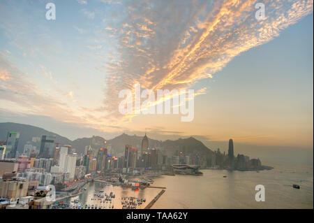 Hong Kong Hafen bei Sonnenuntergang - Stockfoto
