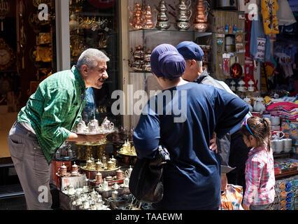 ISTANBUL, Türkei - 23. MAI 2016: Türkische Verkäufer im Gespräch mit Kunden im haushaltswaren Shop. Der Große Basar ist einer der grössten und ältesten überdachten Mar - Stockfoto