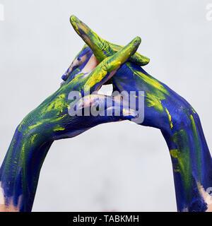 Hände in der blauen Farbe mit gelben Akzenten, Hände an den Künstler und kreative Person. Yoga für die Hände - Stockfoto