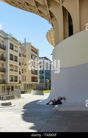 Junges Paar im Schatten der Metropol Parasol, La Encarnacion Platz, Sevilla, Region Andalusien, Spanien Ruhe - Stockfoto
