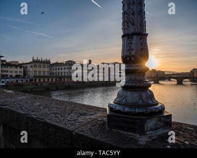 Italien, Toskana, Florenz, Arno, die Ponte alla Carraia, Blick auf die Brücke Ponte Santa Trinita und Ponte Vecchio.