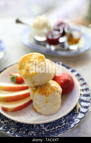 Scones mit Marmelade und Tee Englisch gebackenen Nachtisch - Stockfoto