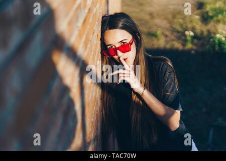 Spanien, Portrait eines Mädchen im Teenageralter mit Finger am Mund
