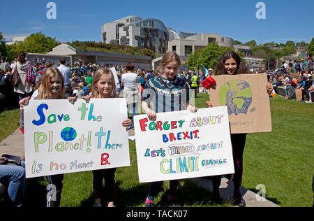"""Edinburgh, Schottland, Großbritannien. 24. Mai, 2019. Schätzungsweise 1500 Schülerinnen und Schüler waren Schule für Klimawandel März durch das Zentrum der Hauptstadt zu überspringen. Die Schüler durften Teil am Freitag im globalen Klimakrise März zu nehmen, nachdem Jugendliche informierte die Ratsmitglieder, dass """"Störungen erforderlich ist, da die Änderung muss jetzt"""" geschehen. - Stockfoto"""