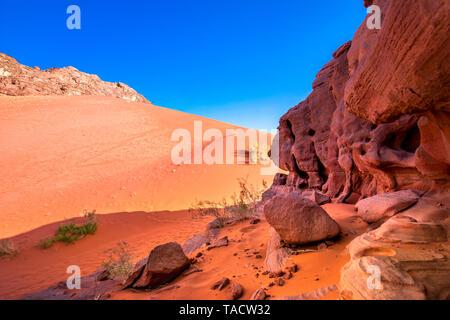 Der rote Sand in die Wüste Wadi Rum, Jordanien. - Stockfoto