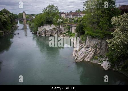 ORTHEZ PYRÉNÉES FRANKREICH - alte steinerne Brücke über den Fluss auf die Gaben von PAU und Herberge für Pilger auf dem Weg nach Santiago de Compostella © F. BEAUMONT - Stockfoto