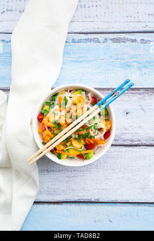 Glas Nudelsalat mit Garnelen, Tomate, Avocado, Karotte, Koriander und Limettensaft - Stockfoto