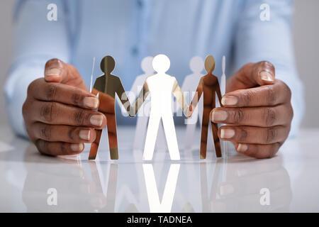 Nahaufnahme der Hand Schutz der menschlichen Figuren einer Person bilden Kreis - Stockfoto