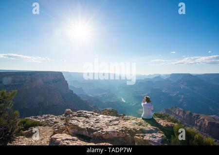 USA, Arizona, Frau genießen Desert View über Grand Canyon - Stockfoto