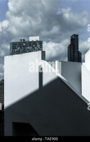 Mischen von Formen, Schichten in der modernen Architektur - Teil der Treppe und Fassade Gebäude, ungewöhnliche Geometrische äußere Spiel von Licht.