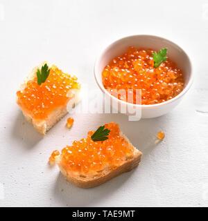 Sandwiches mit rotem Kaviar am weißen Stein Hintergrund. - Stockfoto