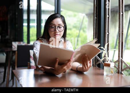 e342fb36834c34 Hübsche Frauen Menü im Restaurant betrachten und entscheiden, was zu ...