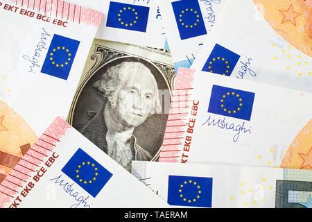 George Washington Portrait auf uns einen Dollar Bill eingerahmt von zehn und fünf Euro Stückelung Papiergeld Banknoten, Studio, Komposition, Quebec, Kanada - Stockfoto