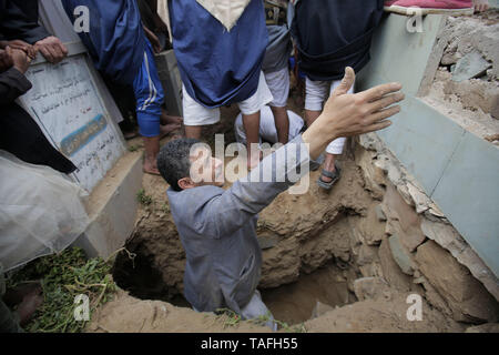 Sanaa, Jemen. 24. Mai, 2019. Jemenitische Volk die Leichen der Opfer, die in einem Luftangriff angeblich durchgeführt, die von der saudischen getötet wurden begraben-geführten Koalition. Credit: Hani Al-Ansi/dpa/Alamy leben Nachrichten Stockfoto