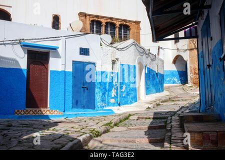 Labyrinth der alten engen Gassen, Treppen und Gassen der Kasbah des Udayas mit blau und weiß gestrichenen Häusern. Rabat, Marokko - Stockfoto