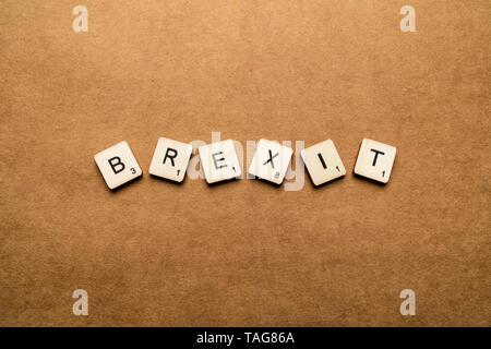 LONDON, UK, 24. Mai 2019: Das Wort BREXIT, Dinkel mit hölzernen Buchstabensteine über eine braune strukturierten Hintergrund - Stockfoto