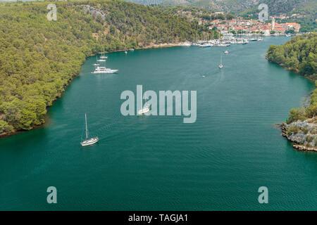 Fluss Krka und Stadt Skradin in Kroatien. Segeln Boote auf dem Meer zu Reisen. - Stockfoto