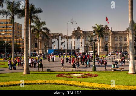 Lima, Peru - 21. April 2018: Blick auf den Hauptplatz und den Regierungspalast an sonnigen Nachmittag mit vielen Touristen - Stockfoto