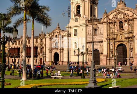 Lima, Peru - 21. April 2018: Blick auf den Marktplatz und die Kathedrale an sonnigen Nachmittag mit vielen Touristen - Stockfoto