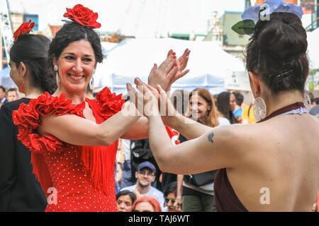 South Bank, London, UK, 25. Mai 2019. Zuschauer und Tanzbegeisterte Treffen mit Tänzern aus der Illusion Flamenco Schule in London für einige Flamenco tanzen. Die Feria de Londres ist ein kostenloses Festival auf der Londoner South Bank, die spanische Kultur, Tanz, Musik, Wein und Essen vom 24. bis 26. Credit: Imageplotter/Alamy leben Nachrichten - Stockfoto