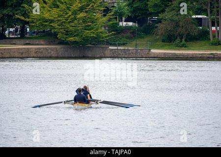 Ruderer sitzen in einem Boot und für den Start des Rennens warten. - Stockfoto