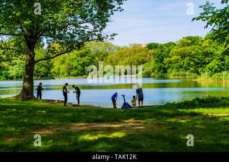 Menschen stehen in der Nähe der See im Park - Stockfoto