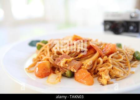 Spaghetti mit Schinken und Tomaten Sauce - Stockfoto