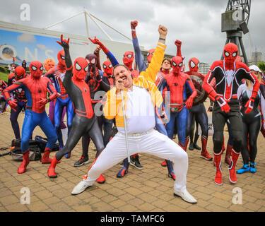 """London, Großbritannien. 26 Mai, 2019. Spider-Queen! Ein Freddy Mercury Charakter führt mit über 30 Spidermen und Frauen von einem social media Gruppe 'Spider-Vers"""" genannt. MCM Comicon der dritte und letzte Tag erneut Tausende von cosplayer und Fans der Comics, Spiele und Sci-fi und Fantasy in fantastischen Kostümen und Outfits auf ExCel London Ihre Lieblingsfiguren zu feiern. Credit: Imageplotter/Alamy leben Nachrichten - Stockfoto"""