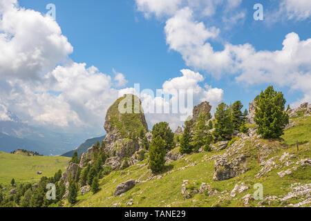 Tolle Ausblicke auf die Landschaft mit einem großen Felsen an Piera longia in den Dolomiten - Stockfoto