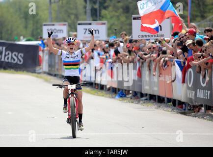 Sieger KATE COURTNEY der USA feiert nach der Frauen elite Cross Country Mountainbike Weltcup in Nové Město na Moravě, Tschechische Republik, 26. Mai 2019. (CTK Photo/Libor Plihal) - Stockfoto
