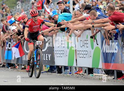 Tschechische JAN SKARNITZL grüßt Fans nach der Männer elite Cross Country Mountainbike Weltcup in Nové Město na Moravě, Tschechische Republik, 26. Mai 2019. (CTK Photo/Libor Plihal) - Stockfoto