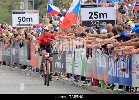 Tschechische ONDREJ CINK grüßt Fans nach der Männer elite Cross Country Mountainbike Weltcup in Nové Město na Moravě, Tschechische Republik, 26. Mai 2019. (CTK Photo/Libor Plihal) - Stockfoto