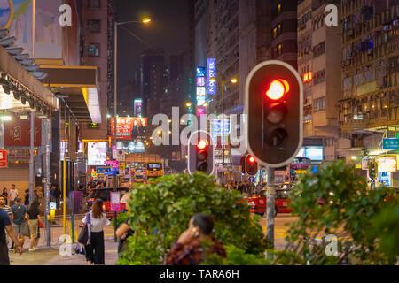 Hong Kong, Hong Kong - 16. Oktober 2018: Menschen reisen in der Nacht Straße der Nathan Road. - Stockfoto