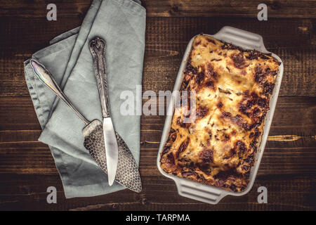 Rustikale italienische Lasagne Bolognese auf dunklem Hintergrund - Stockfoto