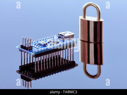 Das Schloss in der Nähe des Computer Chip ist Datenverschlüsselung, das Konzept der Kennzeichnungstechnik operativer Informationen und den Schutz der persönlichen Daten.