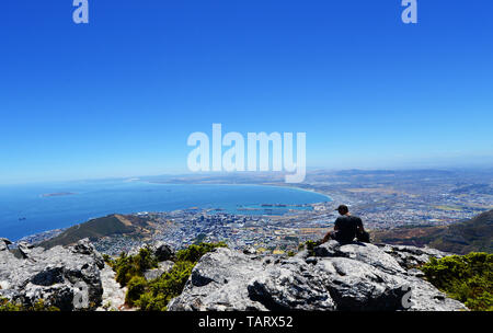 Touristen genießen den Panoramablick auf Kapstadt vom Tafelberg aus gesehen. - Stockfoto
