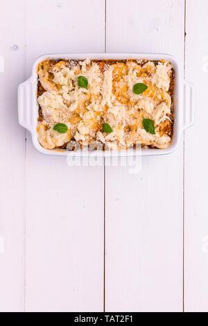 Traditionelle italienische Lasagne mit Hackfleisch, Tomaten und grüne Basilikum auf weißem Hintergrund - Stockfoto