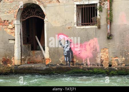 Migranten kind Graffiti von Banksy, Venedig 2019 - Stockfoto