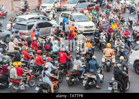 Ho Chi Minh City, Vietnam - April 09, 2019: Stau mit Motorrädern und Autos. - Stockfoto