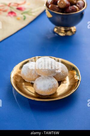 Süße Eid El Fitr Cookies, muslimischen weniger Urlaub traditionelles Frühstück Süßigkeiten, Kaak mit Zucker und Tamr - Stockfoto