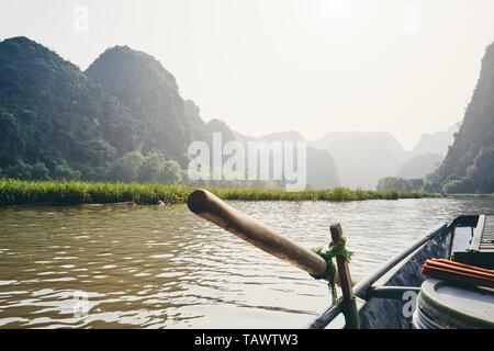 Gegen karst Bildung in der Nähe von Tam Coc in Ninh Binh Provinz, Vietnam Ruderboot. Themen Reisen, Erholung und Urlaub. - Stockfoto
