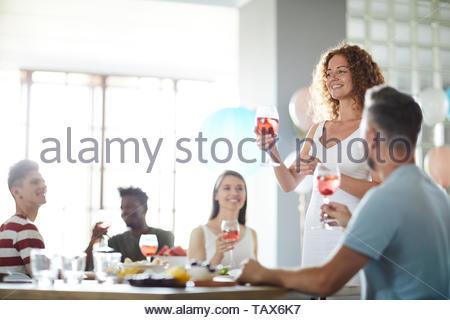 Portrait von lächelnden jungen Frau die Rede zur Hochzeit, kopieren Raum - Stockfoto
