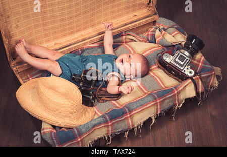Warten auf ein Baby. Süße kleine Baby. Neues Leben und Geburt. Kleine Mädchen im Koffer. Reisen und Abenteuer. Familie. Kinderbetreuung. Portrait von Happy litt - Stockfoto