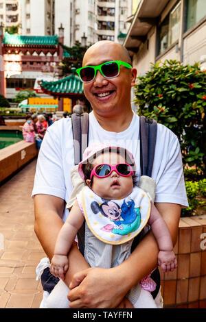 Ein Vater und eine Tochter mit Sonnenbrille, Aberdeen, Hong Kong, China - Stockfoto
