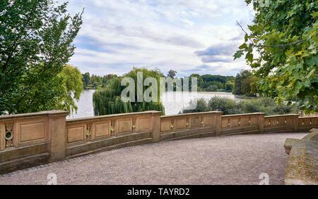 Treppen im Schlossgarten mit Blick auf den Schweriner See. - Stockfoto