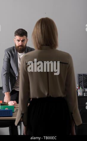 Zuversichtlich Geschäftsmann mit Frau, zurück. Bärtiger Mann im Anzug im Büro. Mann mit Bart und Schnurrbart auf ernstes Gesicht. Business und Office li - Stockfoto