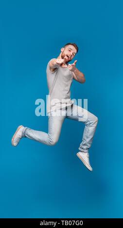 Fröhlicher Mann im Springen, in der Sie glücklich - Stockfoto