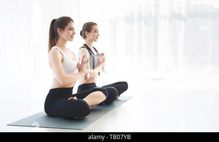 Sportliche Mädchen, Yoga und Yoga zusammen - Stockfoto